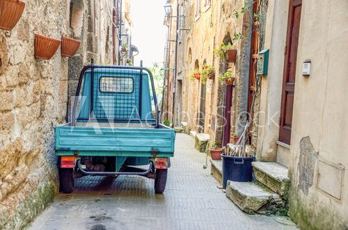 Fototapeta three wheeler parked on a Pitigliano alley (Tuscany, Italy)
